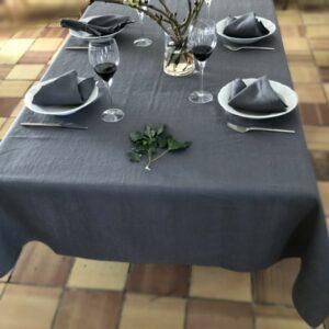 Dækket bord med grå hørdug og hørservietter fra ecoinvent