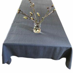 Her vises en flot Carbon grå hørdug fra ecoinvent med en buket på midten af bordet