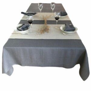 Dækket bord med grå hørdug, naturfarvet hørbordløbere på tværs af bordet og grå hørservietter fra ecoinvent